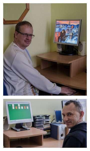 W pracowni komputerowej panowie ćwiczą refleks i strategiczne myślenie przy grach komputerowych
