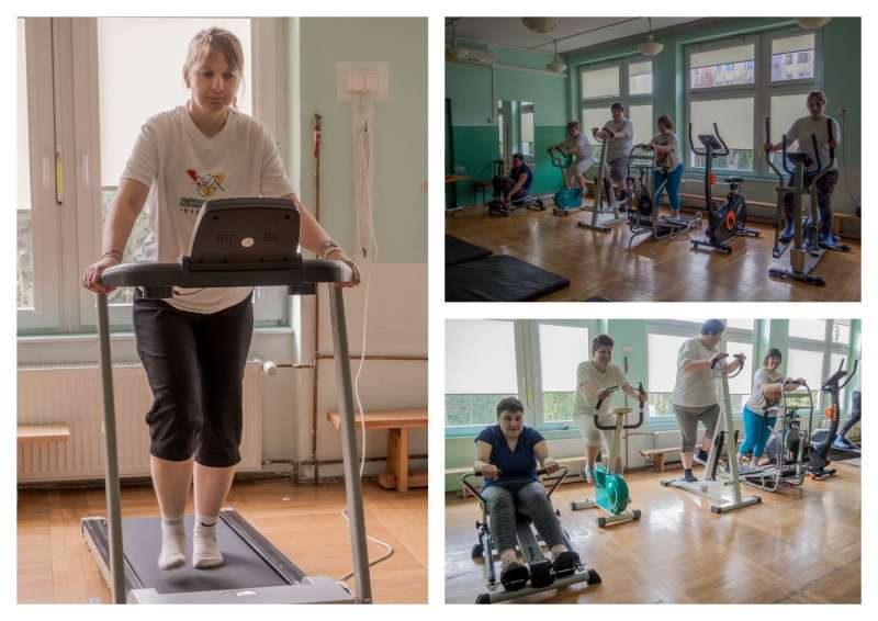 Dziewczęta rehabilitują się na gimnastyce...