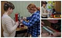Uczymy się również pracy z tamponiarką i drukujemy napisy reklamowe na długopisach